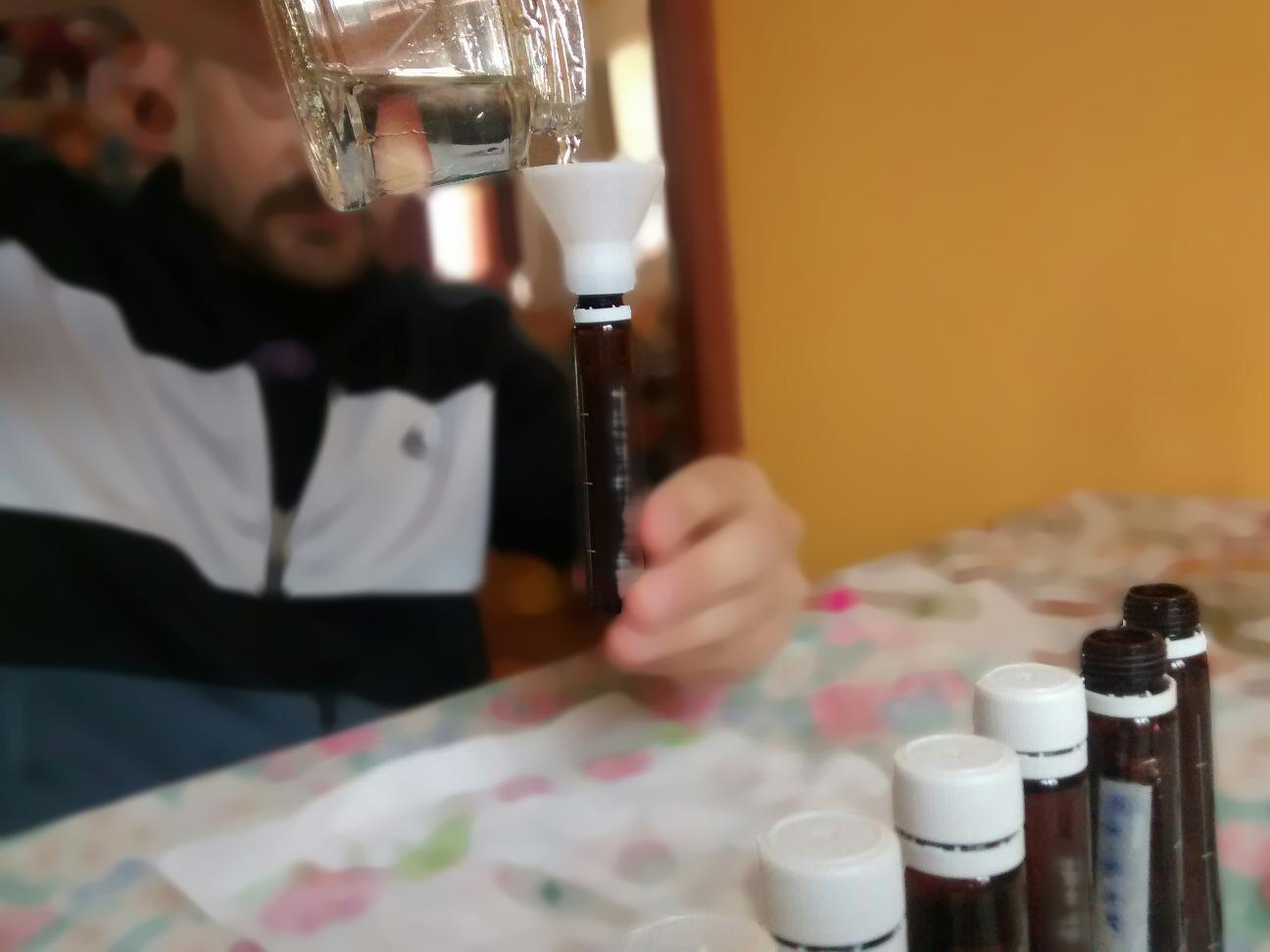 Le fiale vengono riempite con il glucosio liquido una ad una, per mezzo del glucoimbuto